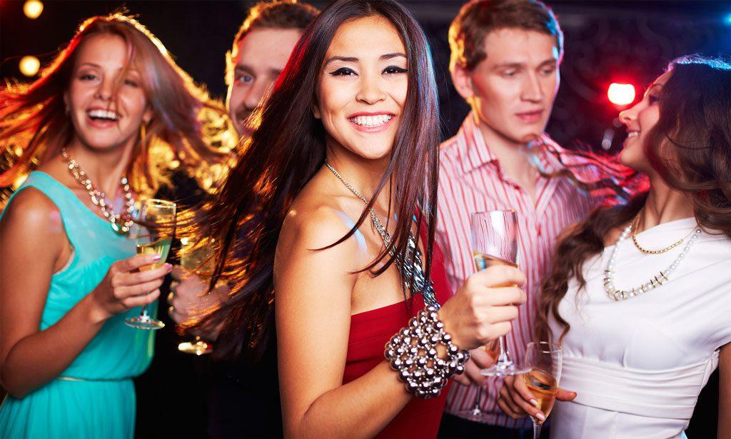 Dziewczyna świetnie się bawi w klubie
